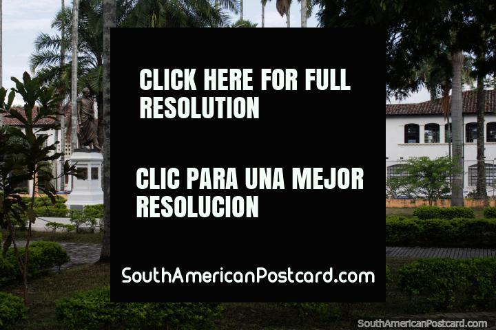 Hotel Guadalajara junto de Simon Parque Bolivar em Buga, uma cidade de peregrinação religiosa. (720x480px). Colômbia, América do Sul.