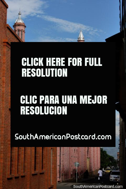 Famosa catedral de ladrillo rojo en Buga con la torre del reloj - Basilica del Señor de los Milagros (480x720px). Colombia, Sudamerica.