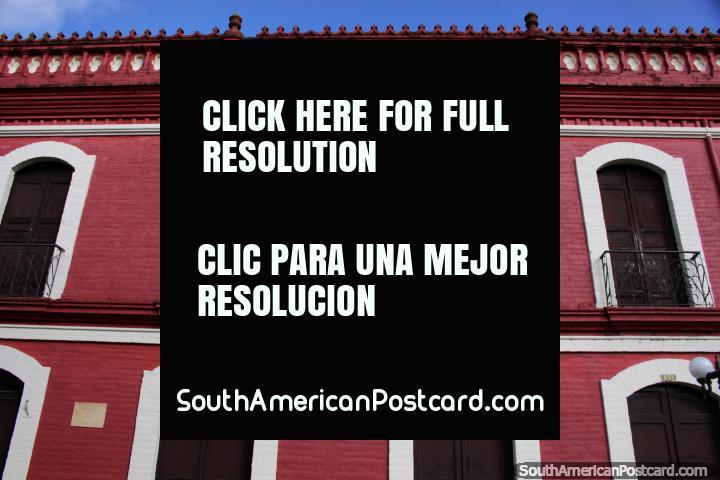 Claustro Histórico del Colegio Academico en Buga, gran edificio rojo con puertas de madera y balcones de hierro. (720x480px). Colombia, Sudamerica.