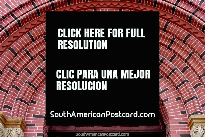 Entrada de tijolo e de madeira arcada na catedral famosa em Buga - Senhor dos Milagres Basïlica Menor. (720x480px). Colômbia, América do Sul.