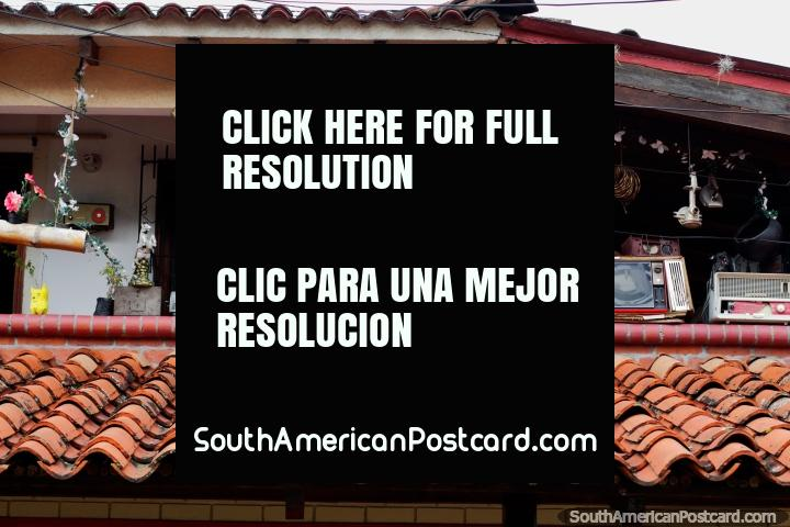 El Arriero Paisa Restaurante em Buga com muita antiguidade em monitor do pátio - TV, rádio e homem. (720x480px). Colômbia, América do Sul.