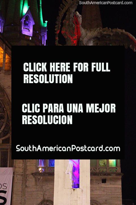 Cara parecida a uma máscara de Simon Bolivar, o condor do homem em cima e catedral atrás em Manizales. (480x720px). Colômbia, América do Sul.