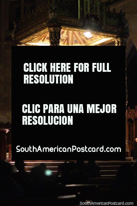 Pieza central dorada dentro de la catedral de Manizales - Basílica Catedral de Nuestra Señora del Rosario. (480x720px). Colombia, Sudamerica.