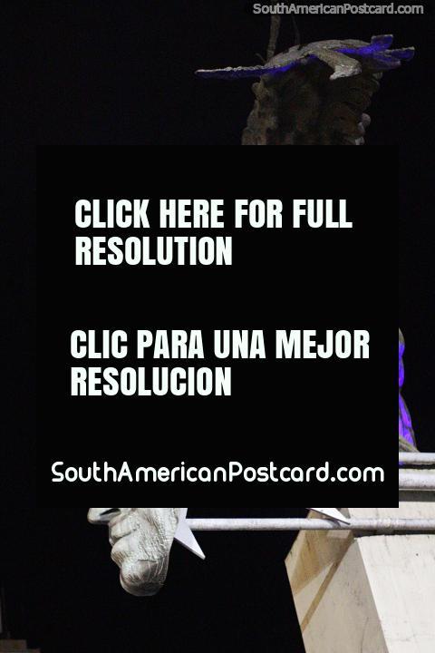Escultura de condor do homem e cara de Simon Bolivar em Praça Bolivar em Manizales. (480x720px). Colômbia, América do Sul.