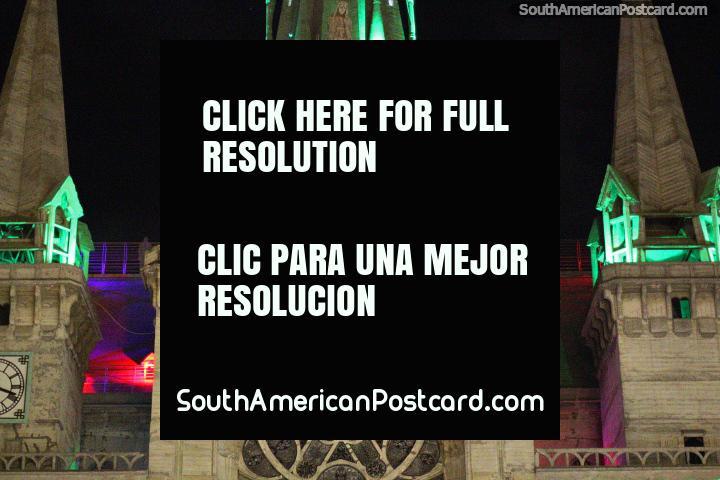 As luzes e as cores da catedral iluminam Praça Bolivar a noite em Manizales. (720x480px). Colômbia, América do Sul.