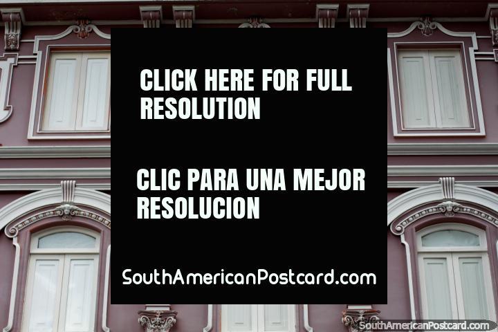Janelas bonitas e arcos, uma fachada histórica bem tratada em Manizales. (720x480px). Colômbia, América do Sul.