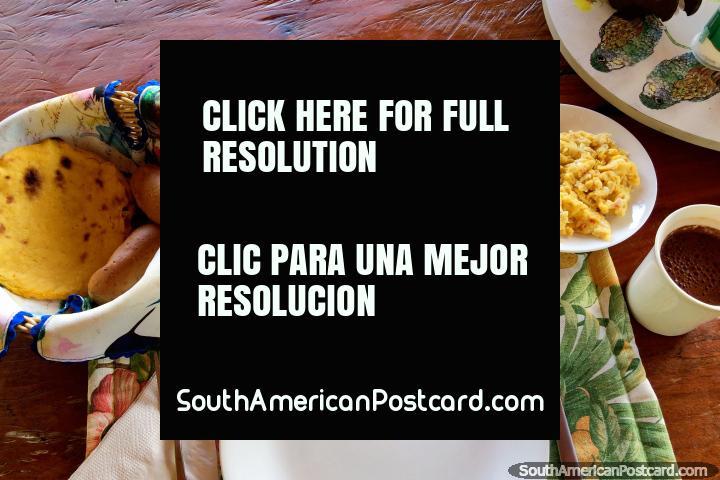 Desayuno en Tinamu, huevos revueltos, arepa, panecillos, queso, mantequilla, mango, chocolate caliente, Manizales. (720x480px). Colombia, Sudamerica.