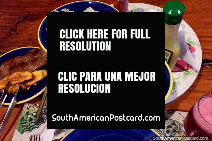 Jantar em Tinamu, carne, massa de tomate, platano, salada de pepino e suco, Manizales. (720x480px). Colômbia, América do Sul.