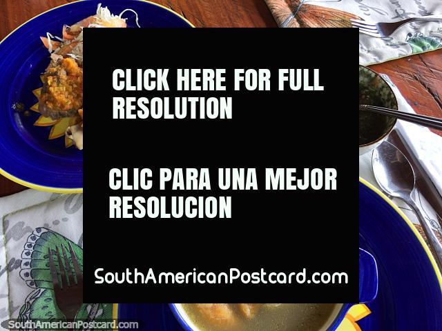 O almoço na Reserva de Natureza Tinamu compôs-se do frango com verduras, sopa e suco, Manizales. (640x480px). Colômbia, América do Sul.