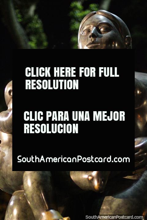 Maternidade (Maternidad), 1995, escultura de bronze por Fernando Botero em Medellïn. (480x720px). Colômbia, América do Sul.