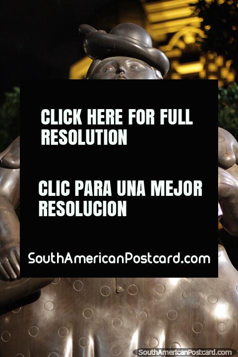 A mulher vestiu-se (Mujer vestida), 1989, escultura de bronze por Fernando Botero em Medellïn. (480x720px). Colômbia, América do Sul.