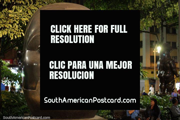 Uma das maiores esculturas de bronze em Praça Botero em Medellïn é a Cabeça. (720x480px). Colômbia, América do Sul.