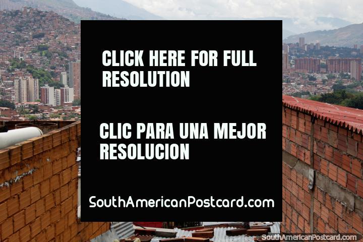 Visão de Comuna 13 em direção a Medellïn central, outrora a vizinhança mais perigosa. (720x480px). Colômbia, América do Sul.