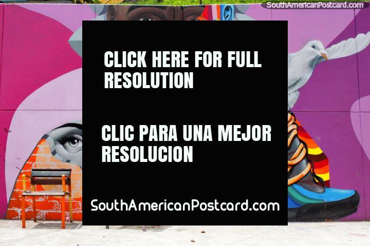 O mural de cores brilhantes inclui 2 verdadeiras cadeiras, trabalho assombroso em Comuna 13 em Medellïn. (720x480px). Colômbia, América do Sul.