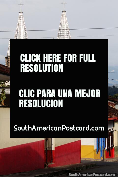 La icónica iglesia en Jardin, 2 campanarios plateados, vista desde las calles de arriba. (480x720px). Colombia, Sudamerica.