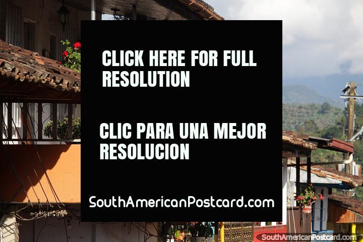 Lejanas colinas verdes y casas que descienden hasta el valle en Jardin. (720x480px). Colombia, Sudamerica.