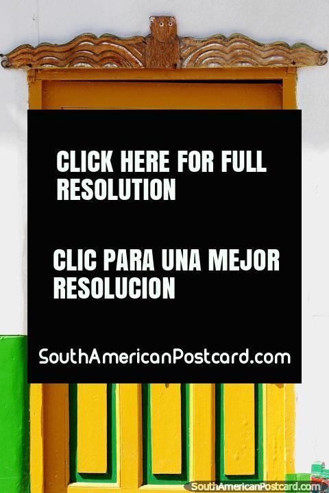 La puerta amarilla y verde ilumina la calle de Jardin. (480x720px). Colombia, Sudamerica.