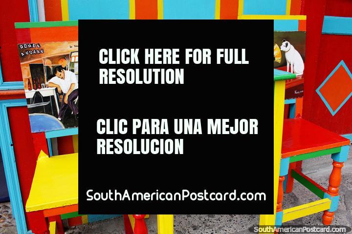 Elija una mesa y una silla pintadas de colores en el Café Las Colonias en Jardín y disfrute de un café. (720x480px). Colombia, Sudamerica.