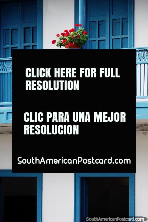 As flores complementam os belos edifícios do Jardin com belas cores. (480x720px). Colômbia, América do Sul.