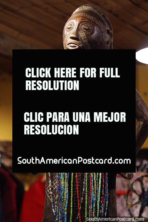 Esculpida em madeira, figura indígena com miçangas coloridas, arte em Salento. (480x720px). Colômbia, América do Sul.