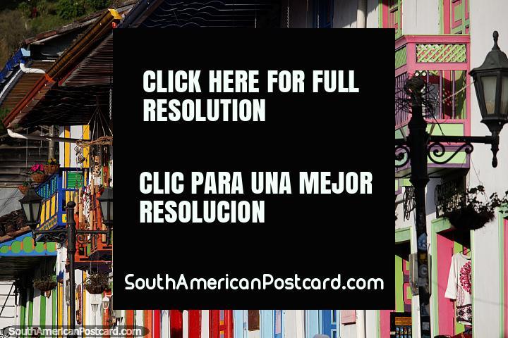 Ruas repletas de varandas coloridas, portas e flores em Salento. (720x480px). Colômbia, América do Sul.