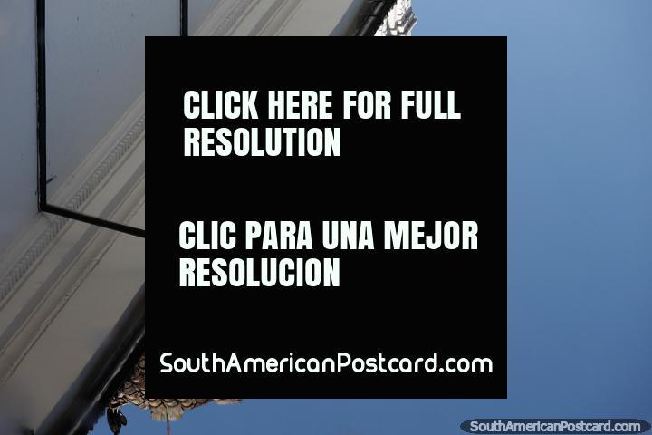 Reflexo de um topo de edifício branco e telhado de telhas vermelhas em Popayan. (720x480px). Colômbia, América do Sul.