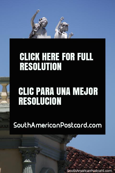 Pareja de figuras femeninas celebran en lo alto del Teatro Municipal de Popayán. (480x720px). Colombia, Sudamerica.