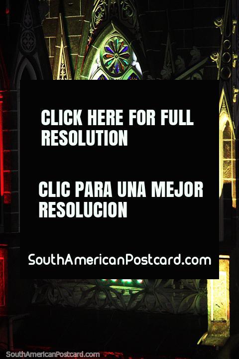 A igreja Las Lajas levou 33 anos para ser construída entre os anos de 1916 e 1949. (480x720px). Colômbia, América do Sul.