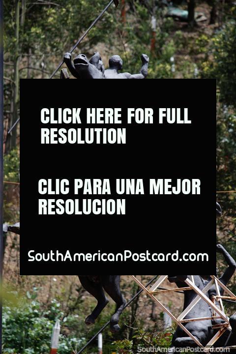 Cascata de homens em cavalos carregando lanças, um grande monumento no Pueblito Boyacense em Duitama. (480x720px). Colômbia, América do Sul.
