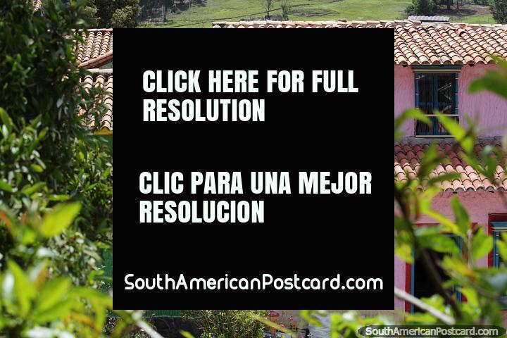 Hermosas casas, rosa y verde con techos de tejas rojas, Pueblito Boyacense, Duitama. (720x480px). Colombia, Sudamerica.