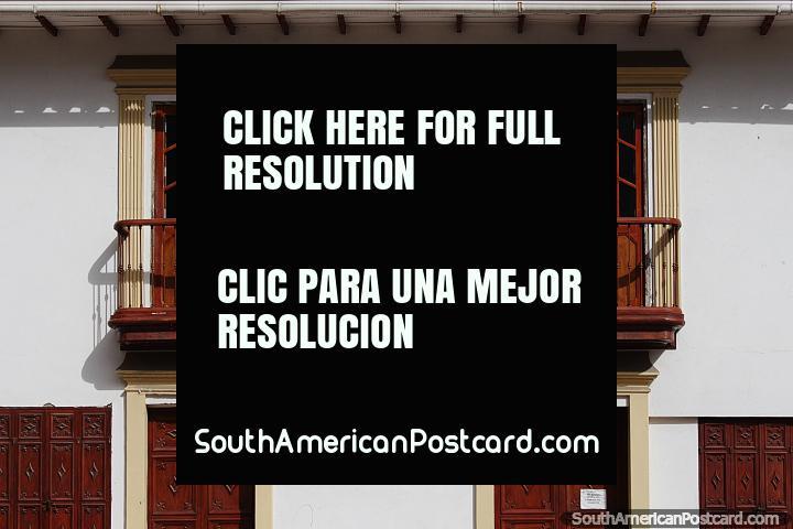 Edifício com um par de varandas e portas de madeira na Plaza de la Villa em Sogamoso. (720x480px). Colômbia, América do Sul.