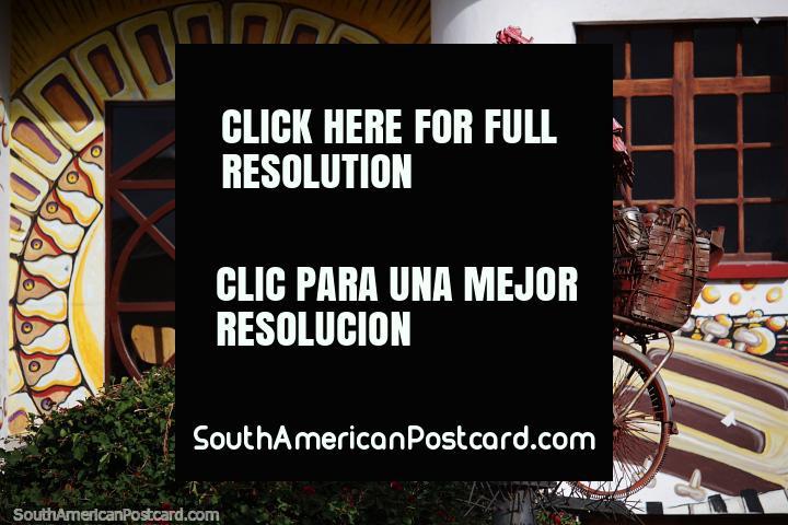 Homem em uma bicicleta criada a partir de sucata e porcas e parafusos, arte em exibição em Sogamoso. (720x480px). Colômbia, América do Sul.