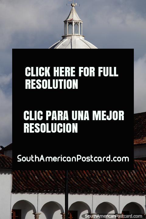 La enorme cúpula blanca de la catedral en la Plaza Bolívar de Tunja. (480x720px). Colombia, Sudamerica.