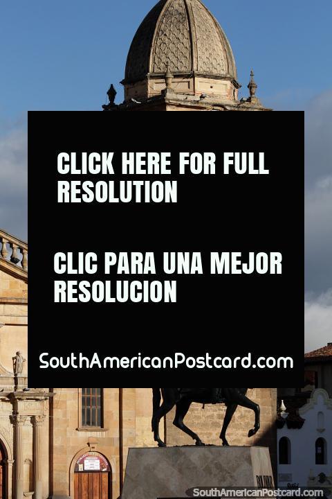 Claro que este é Simon Bolivar em seu cavalo em frente à catedral em Tunja. (480x720px). Colômbia, América do Sul.
