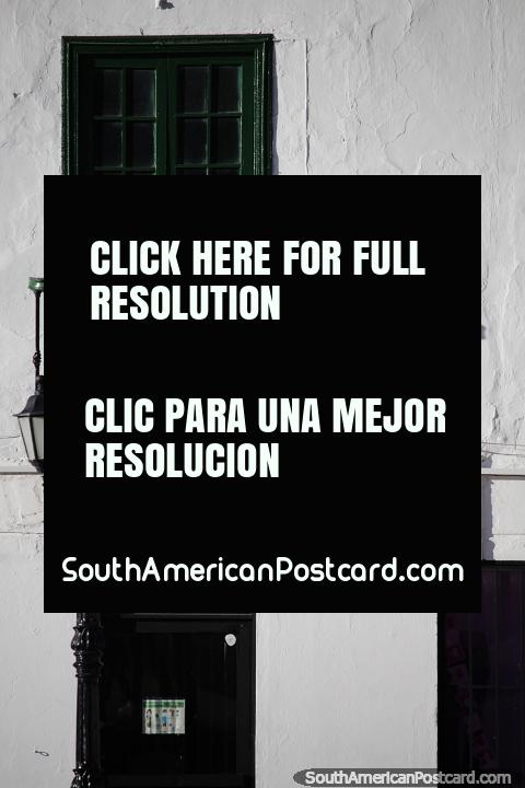 Sombra da varanda, porta verde e postes de luz. arquitetura em Tunja. (480x720px). Colômbia, América do Sul.