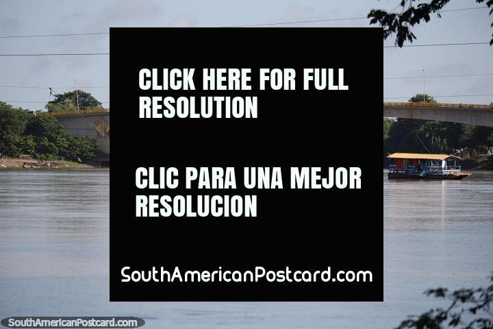 Hermoso río Sinú y puente en Montería, un lindo lugar para relajarse. (720x480px). Colombia, Sudamerica.