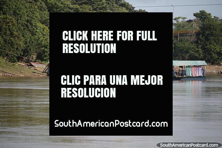 Uma visão comum e vêm em um arco-íris de cores, barcos de plataforma em Monteria. (720x480px). Colômbia, América do Sul.