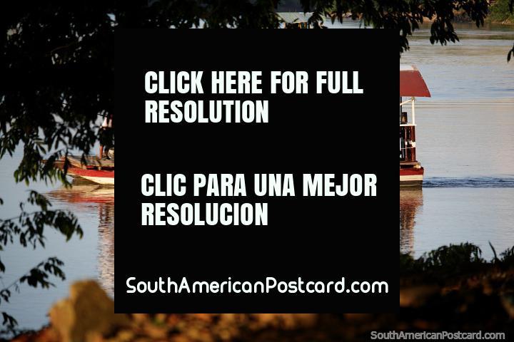 Atravessando o rio Sinu em um barco plataforma de madeira em Monteria. (720x480px). Colômbia, América do Sul.