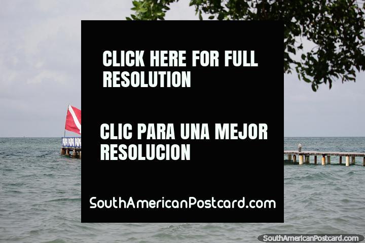 Píer com área de estar sob um telhado de palha, mar aberto ao redor, Ilha Tintipan. (720x480px). Colômbia, América do Sul.