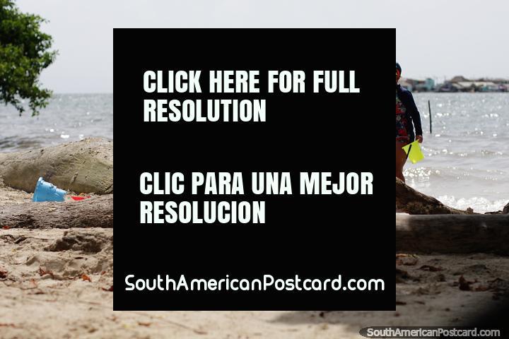 As crianças brincam na areia de uma das muitas praias das baías da Ilha Tintipan. (720x480px). Colômbia, América do Sul.