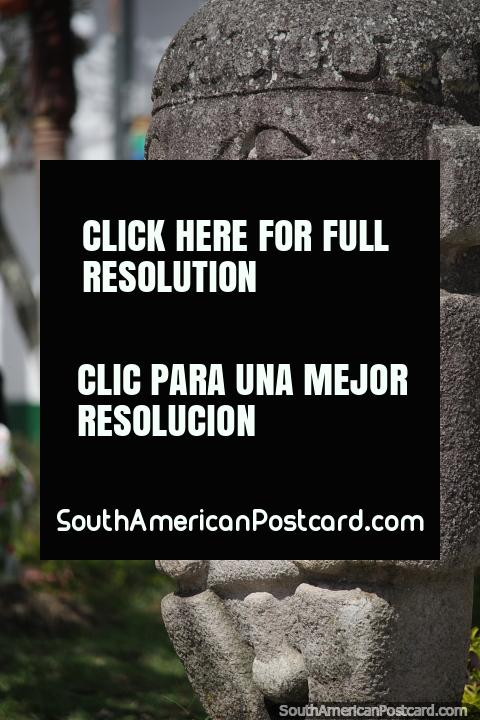 Estatua de piedra en el Parque Bolívar en San Agustín, se han encontrado más de 500 de estas. (480x720px). Colombia, Sudamerica.
