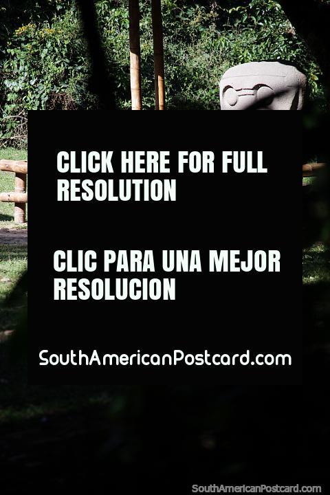 Estátuas de pedra míticas em Mesita C, descobertas durante os séculos 18 e 19, Parque Arqueológico de San Agustín. (480x720px). Colômbia, América do Sul.