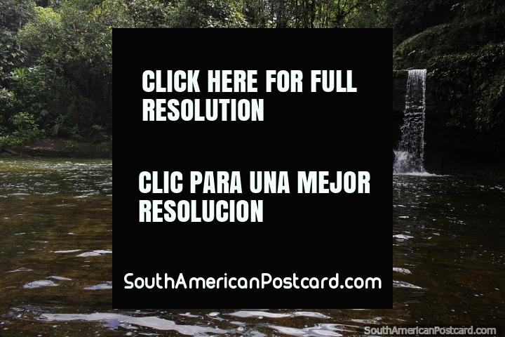 Pequena cachoeira na selva durante a caminhada até a Cachoeira do Fim do Mundo em Mocoa. (720x480px). Colômbia, América do Sul.
