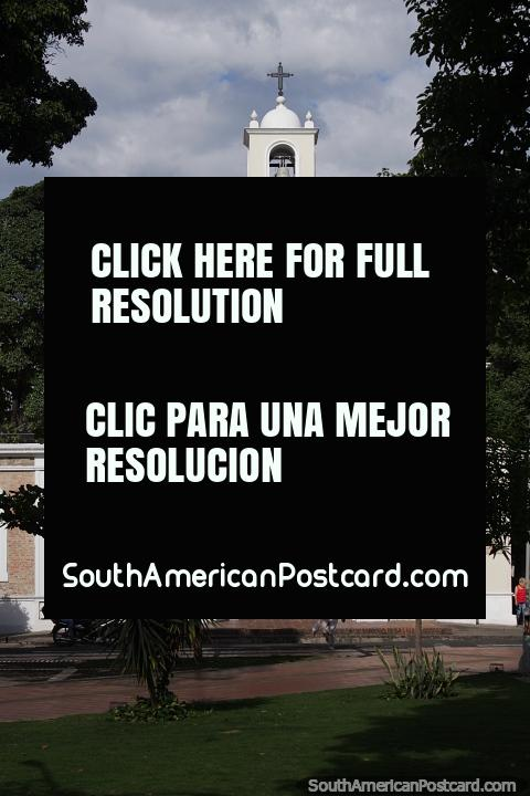 Capilla Nuestra Señora del Carmen, iglesia blanca en el Parque Colón en Cúcuta. (480x720px). Colombia, Sudamerica.