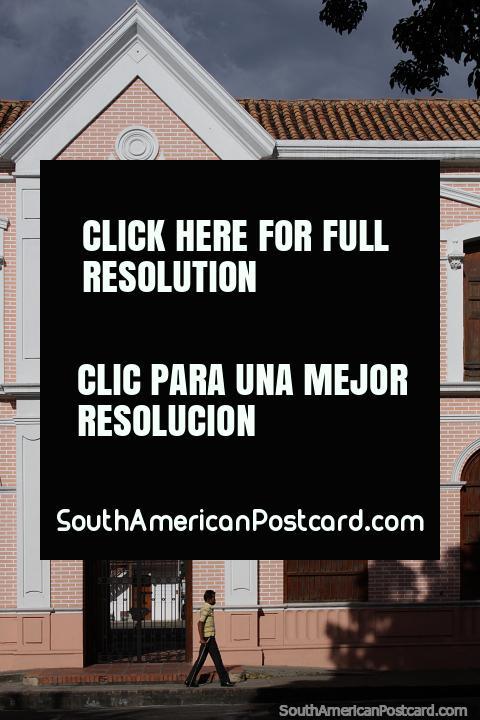 Entrada e fachada do prédio da biblioteca no Parque Colon em Cucuta. (480x720px). Colômbia, América do Sul.