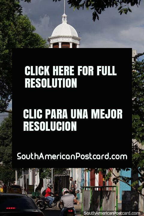 Casa Torre del Reloj (1923,1962), a alta torre branca do relógio e casa cultural em Cúcuta. (480x720px). Colômbia, América do Sul.