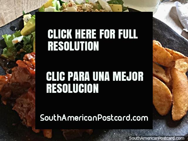 Uma deliciosa refeição no Barichara com carne saborosa, batata de forno e linda salada. (640x480px). Colômbia, América do Sul.