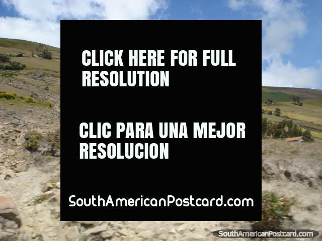 Uma formação de rocha pontuda em caminho a Zimbahua de Latacunga. (640x480px). Equador, América do Sul.