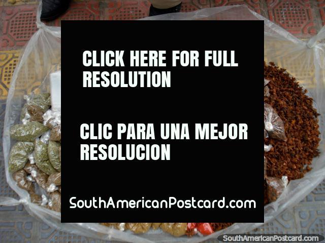 Ervas, temperos e grãos de pimenta em Otavalo. (640x480px). Equador, América do Sul.