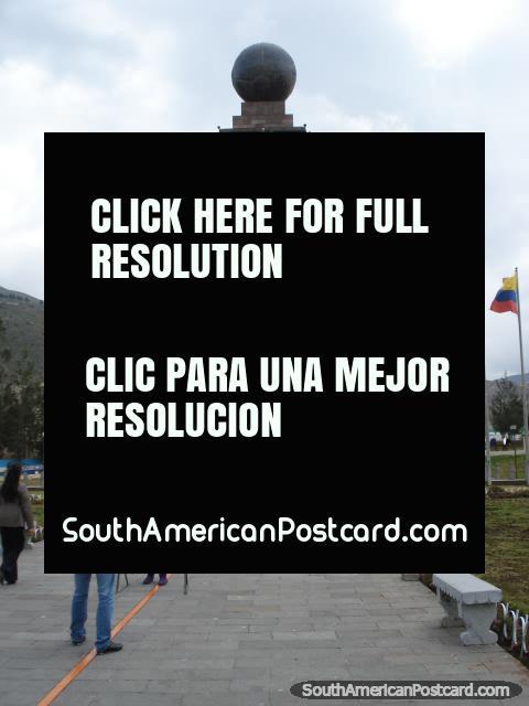 Pessoas que tomam fotos que estão na linha de equador em Mitad do Mundo. (480x640px). Equador, América do Sul.